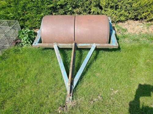 Field Roller 5ft overall with 4ft 6ins split roller - used but good condition.